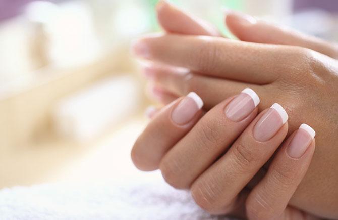Deixar sua unhas sem esmalte por alguns dias ajudará elas a ficarem mais resistentes.