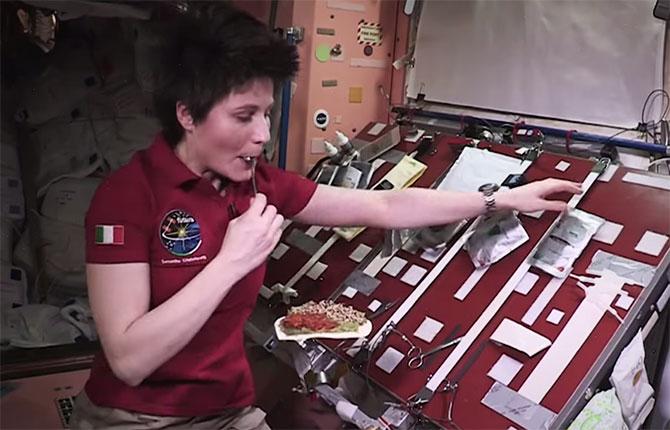"""""""Cozinhar"""" em gravidade 0 não parece ser tão fácil (Imagem: Reprodução/YouTube)"""