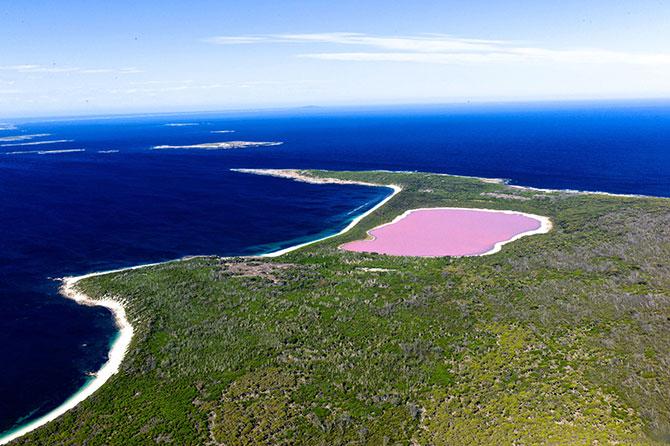 Os cientistas ainda não sabem ao certo o motivo da coloração rosada da água (Imagem: Reprodução)