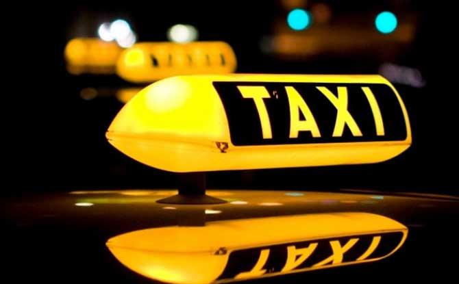 Andar no banco de trás do táxi para nós é algo normal, porém em alguns lugares isso é falta de educação (Imagem: Reprodução)